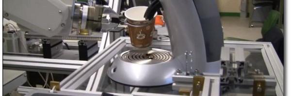Roboter kocht Kaffee